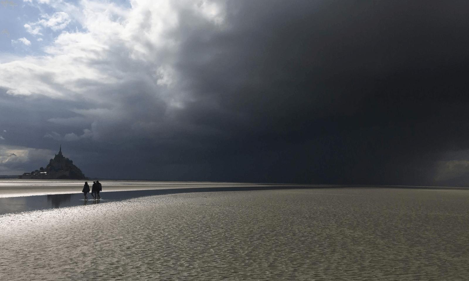 ciel gris mont saint michel traversée pieds