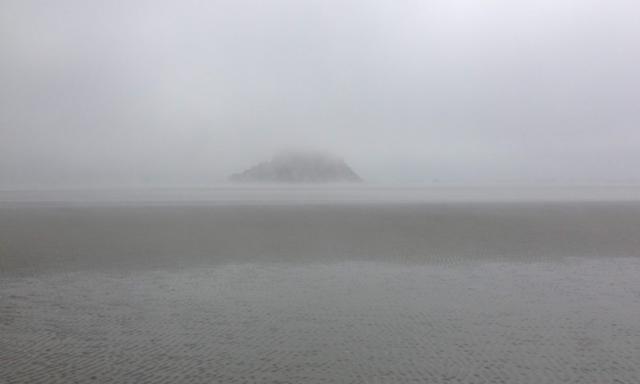 pieds mont saint michel brouillard